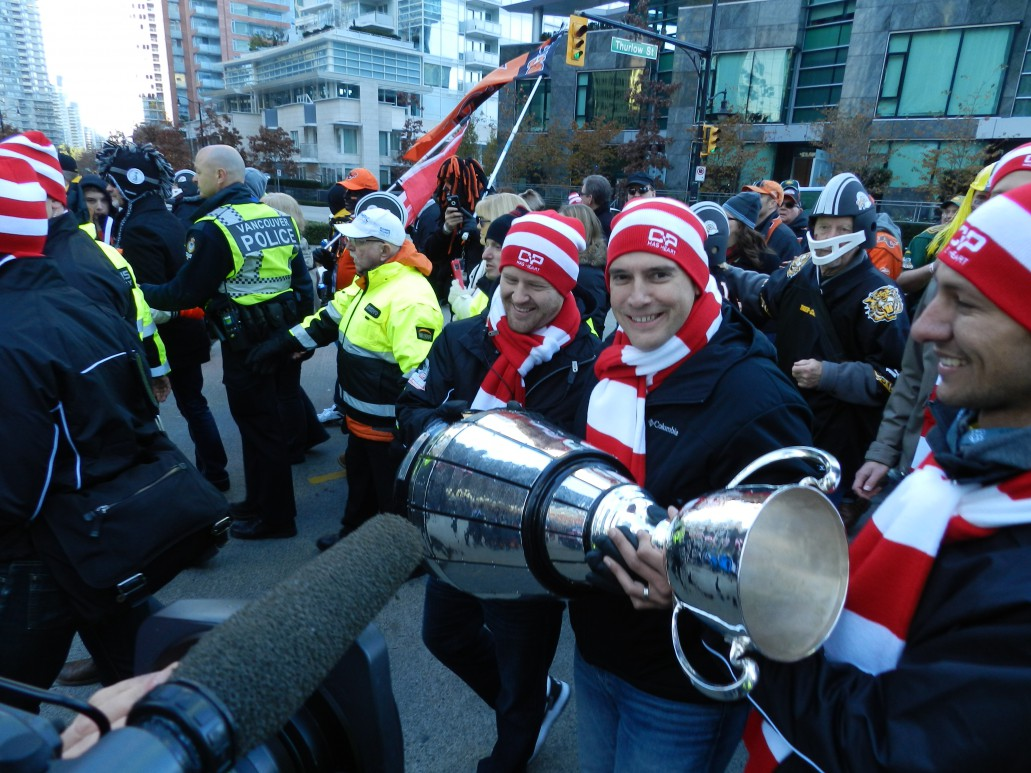 Jeff Norris carries the Grey Cup